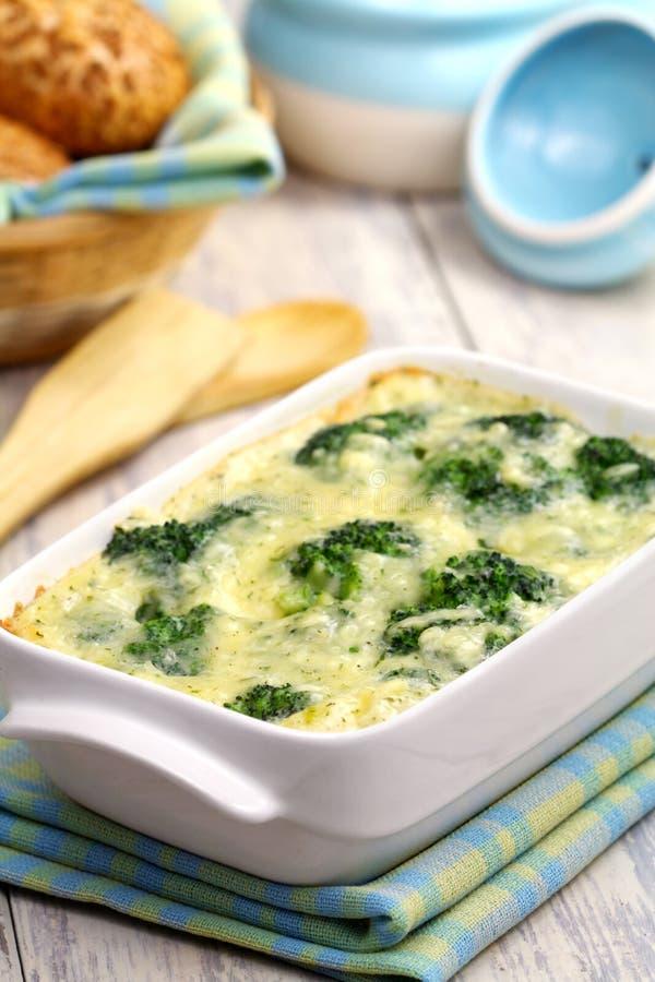 Broccoli, cuit au four avec du fromage et l'oeuf photos libres de droits