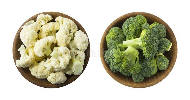 Broccoli e cavolfiore in ciotola di legno isolata su un fondo bianco Verdure con lo spazio della copia per testo Due ciotole di c fotografia stock libera da diritti