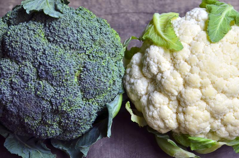 Broccoli e verdura organici freschi del cavolfiore su vecchio fondo di legno Primo piano del cavolo immagini stock