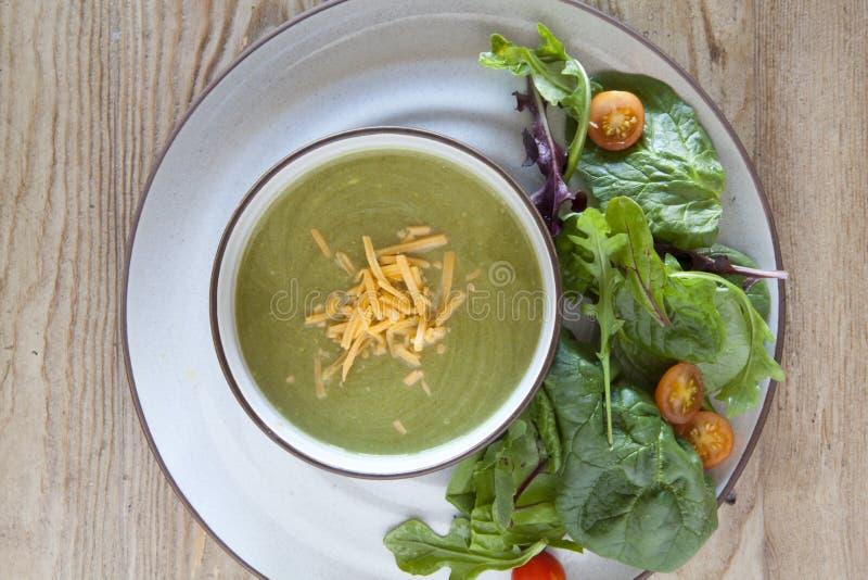 Broccoli en Kaassoep en Groene Salade royalty-vrije stock fotografie
