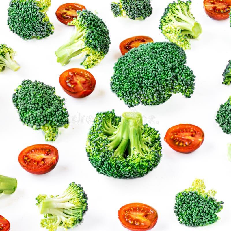 Broccoli en Tomatengroentenpatroon Creatieve die lay-out van broccoli wordt gemaakt Het concept van het voedsel Vlak leg stock foto