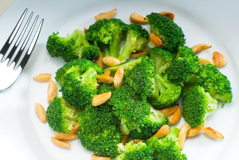 Broccoli et amandes sautés frais photos stock