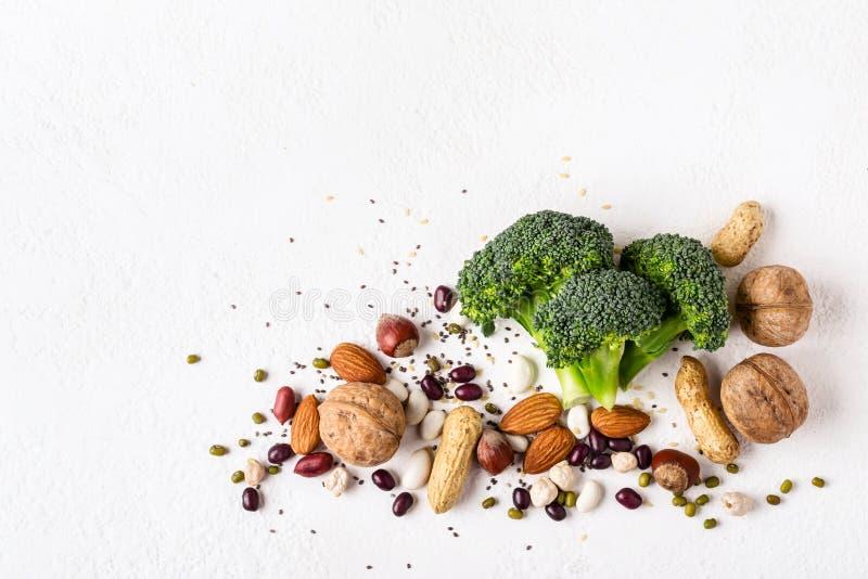 Broccoli, fagioli e fonti matte di proteina vegetale Concetto sano dell'alimento del vegano fotografia stock libera da diritti