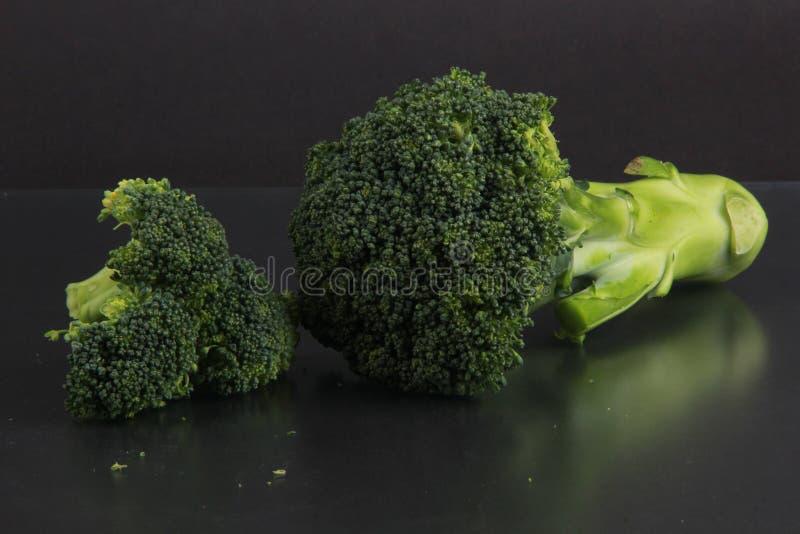 Broccoli freschi con un fondo nero immagine stock libera da diritti