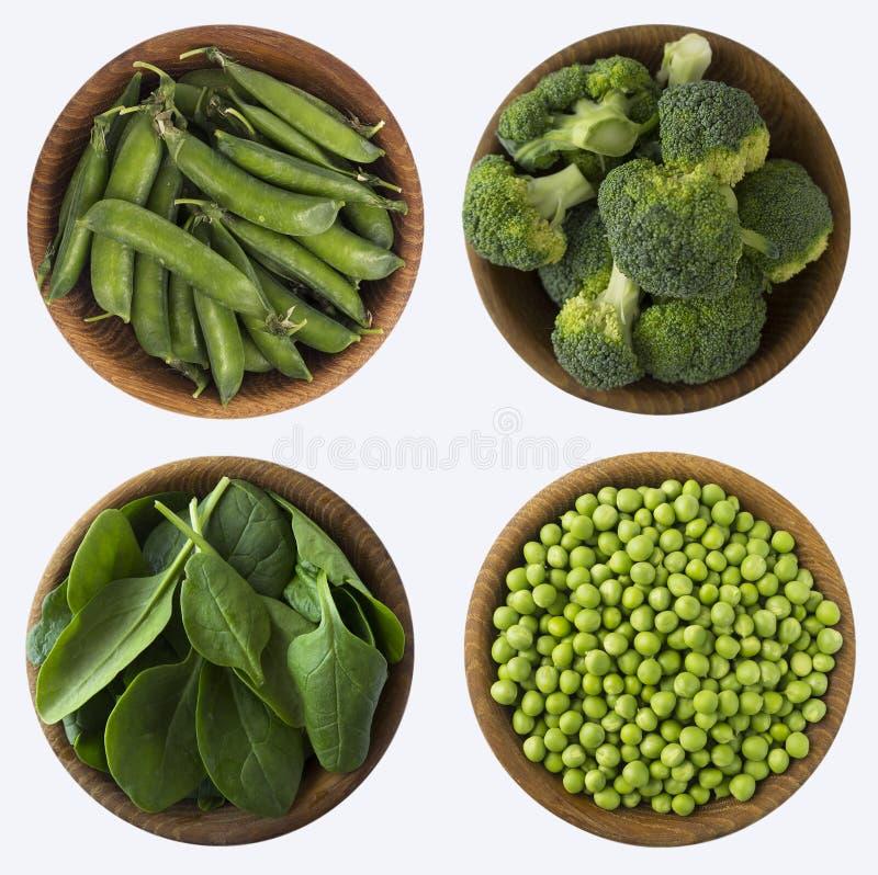 Broccoli, groene erwten en spinazie in houten kom royalty-vrije stock afbeeldingen