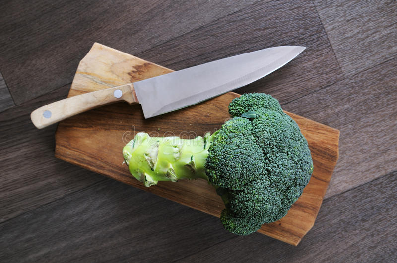 Broccoli, knife, chopping board royalty free stock images