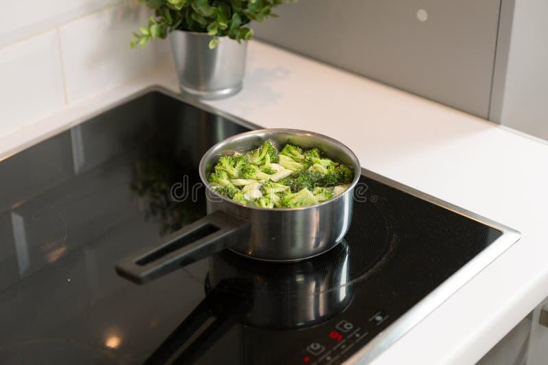 Broccoli kokade i ett vatten Läcker och sund matförberedelse begreppet bantar sunt royaltyfria foton