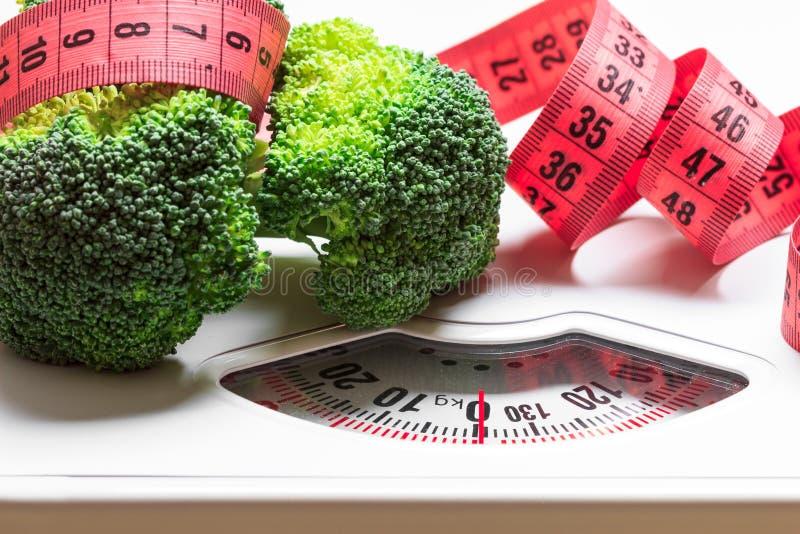 Broccoli met het meten van band op gewichtsschaal dieting stock foto's