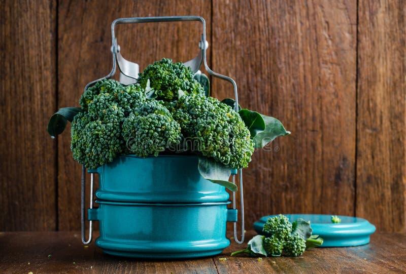 Broccoli in metaal tiffin royalty-vrije stock fotografie