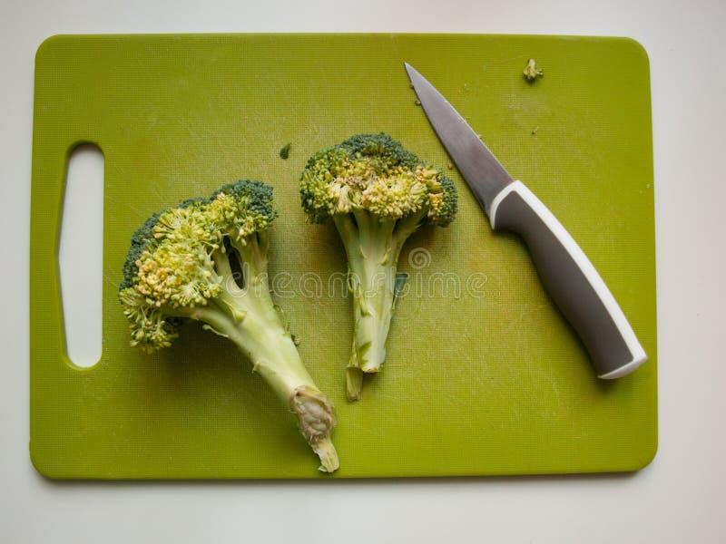 Broccoli och kniv fotografering för bildbyråer