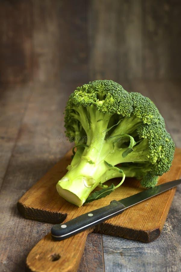 Broccoli op een scherpe raad royalty-vrije stock fotografie