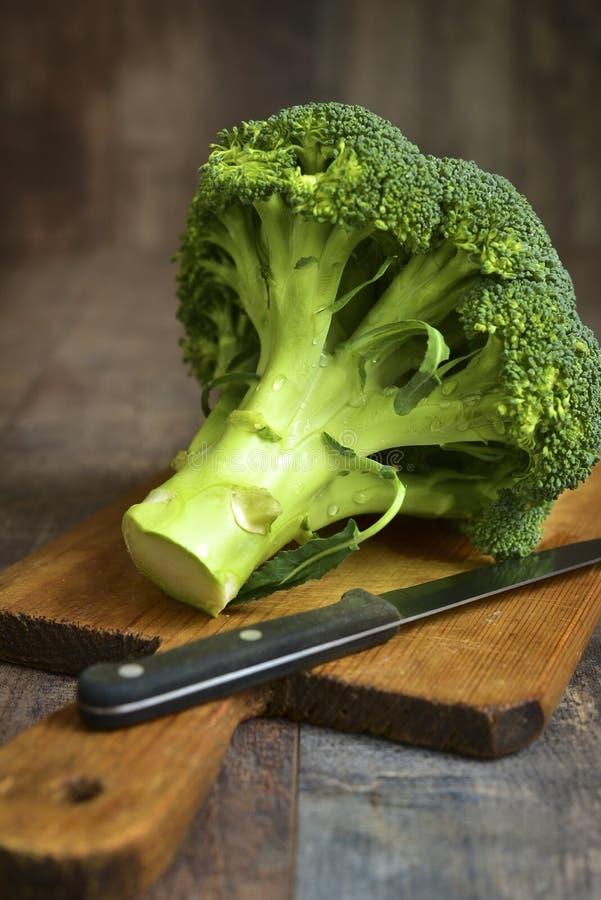 Broccoli op een scherpe raad stock fotografie