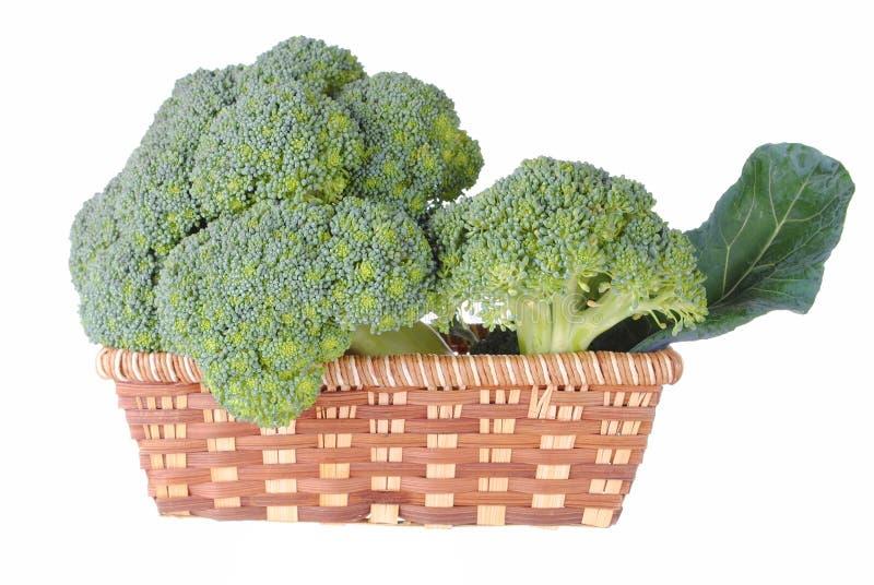 Broccoli organique dans un panier de paille image stock