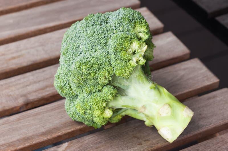 Broccoli på en woddenbakgrund arkivfoto