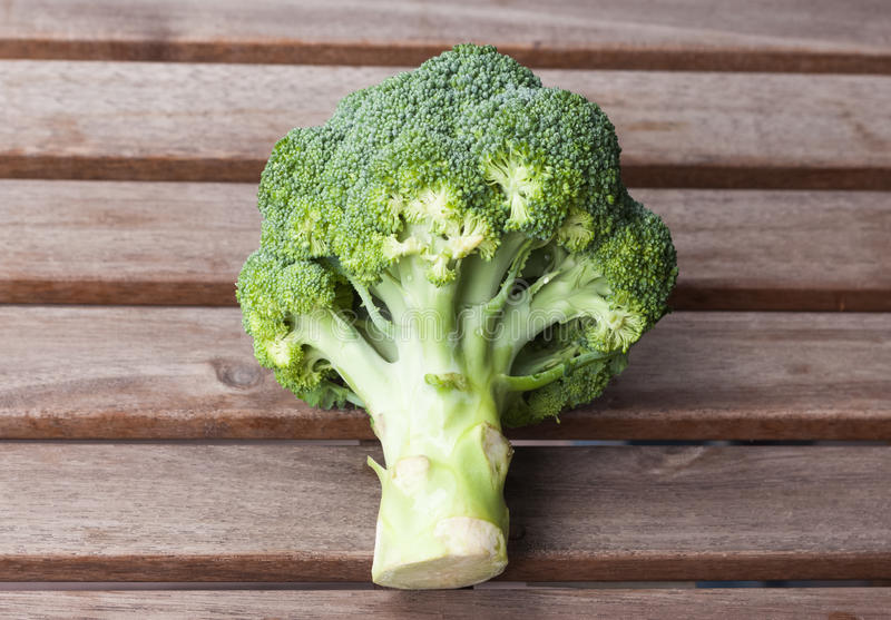 Broccoli på en woddenbakgrund arkivbild