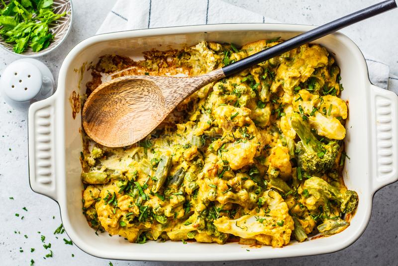 Broccoli, piselli e casseruola nel piatto del forno, vista superiore del cavolfiore al gratin fotografia stock libera da diritti