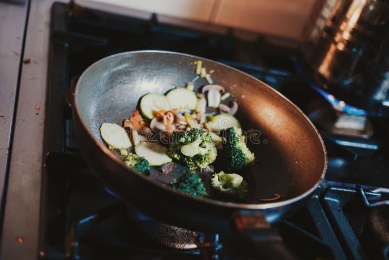 Broccoli som lagar mat i stekpanna på ugnen arkivbilder