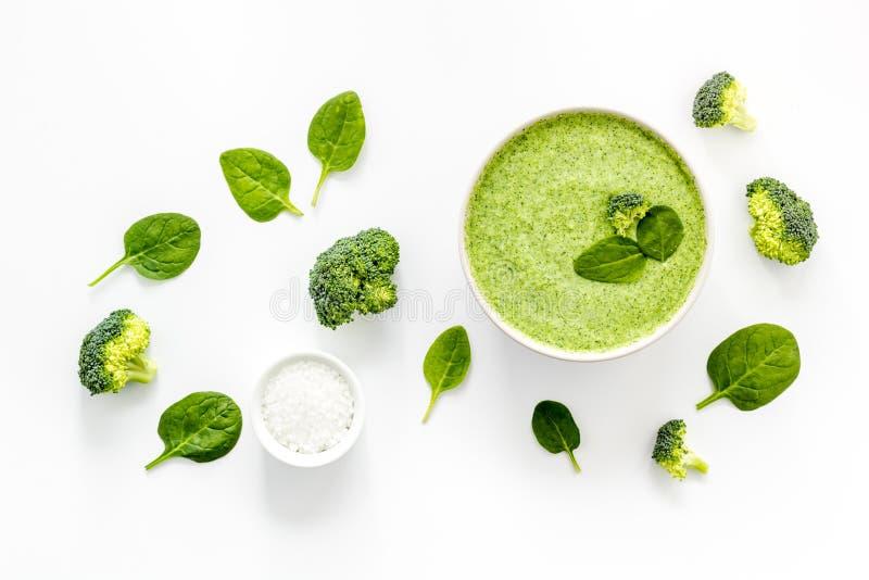 Broccoli zupa puree na białym stole kuchennym widok z góry obrazy stock