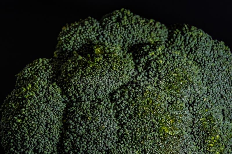 Broccolikool op een zwart close-up als achtergrond stock afbeelding