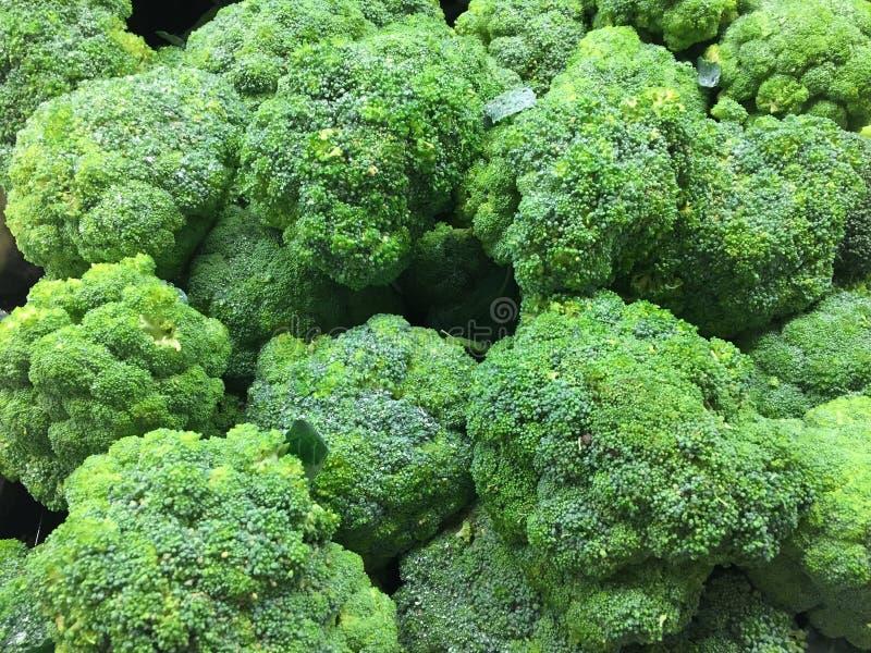Broccolikronen bij markt worden verkocht die stock foto