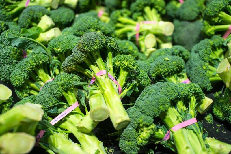 Broccolikronen op vertoning in een kruidenierswinkelopslag royalty-vrije stock foto