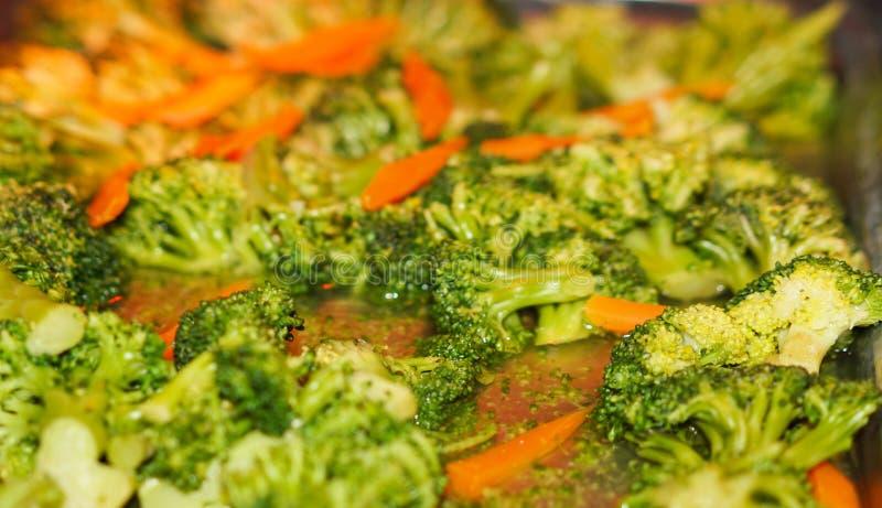 Broccolisalat med morötter royaltyfria foton