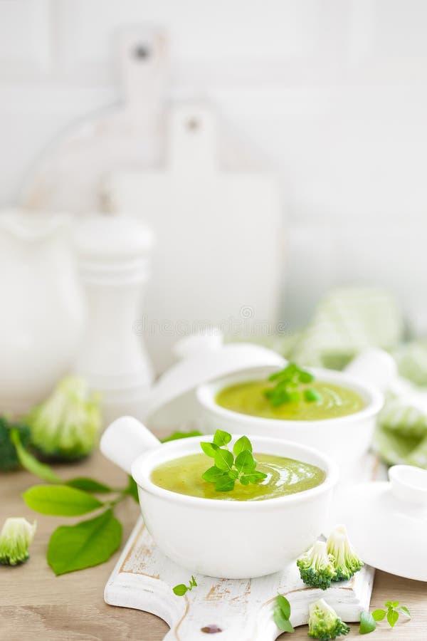 Broccolisoep in kommen op de houten close-up van de keukenlijst Gezonde vegetarische schotel stock foto