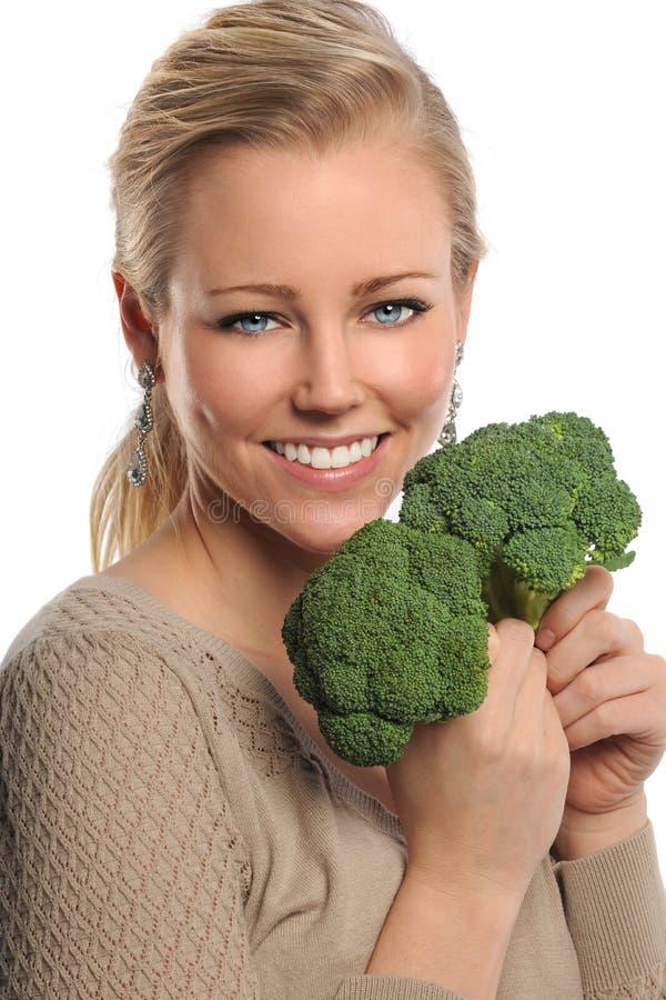 Broccolo della holding della giovane donna immagine stock