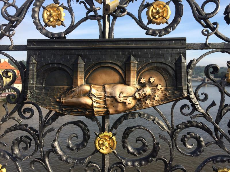 brocharles tjeckisk prague republik Dekorativt galler var St John av Nepomuk kastades in i floden royaltyfri foto
