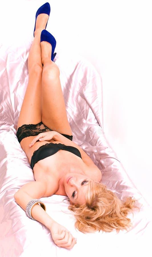 Broche blonde vers le haut dans des chaussures bleues photo stock