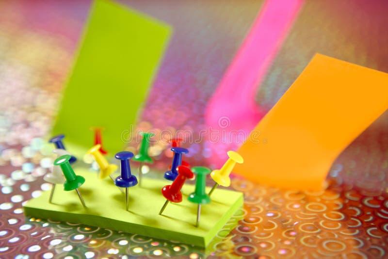 broche colorée de notes de couleur adhésive photos stock