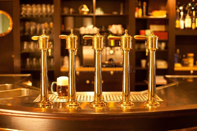 Broche de bière d'or à la brasserie image stock