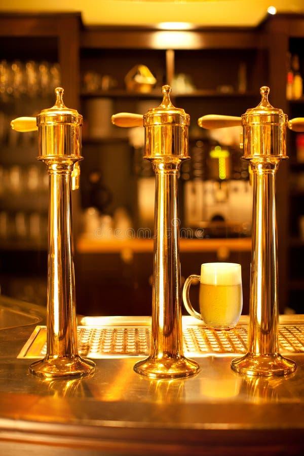 Broche de bière d'or à la brasserie photos libres de droits