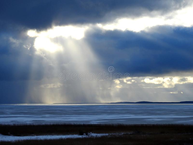 Broche de Curonian et ciel nuageux en hiver, Lithuanie image libre de droits