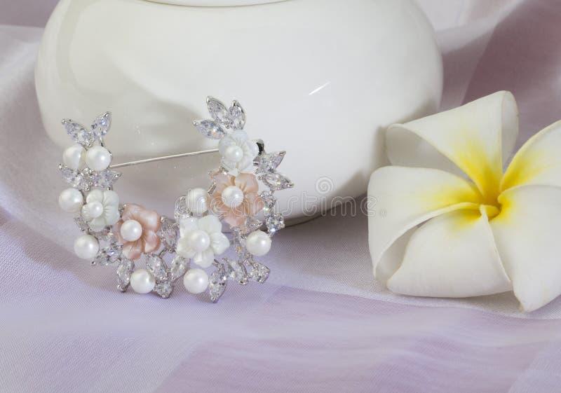 Broche de diamant et de perle photographie stock