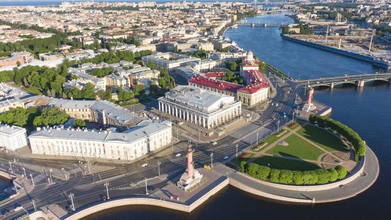 Broche de Vasilyevsky Island St Petersburg Fleuve de Neva Vue d'?t? de P?tersbourg Colonnes de Rastral Le Cabinet de photos libres de droits