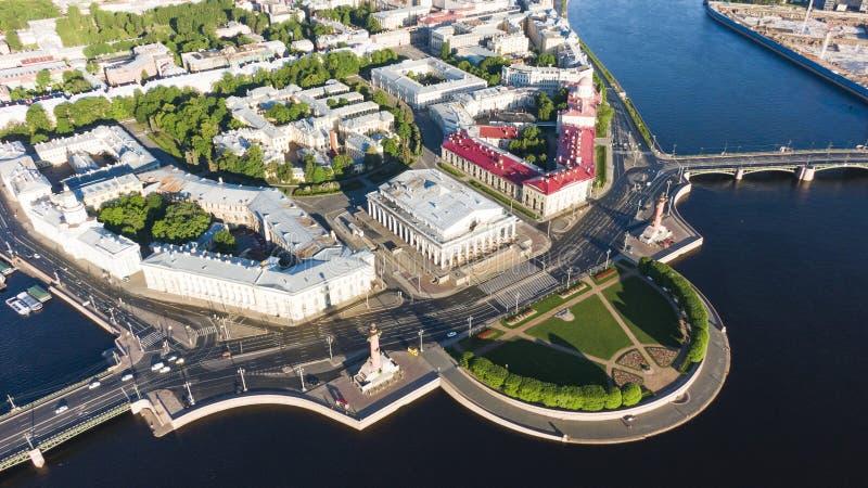 Broche de Vasilyevsky Island St Petersburg Fleuve de Neva Vue d'?t? de P?tersbourg Colonnes de Rastral Le Cabinet de images stock