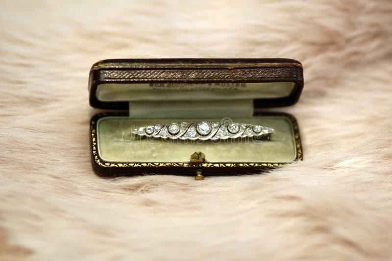 Broche do diamante do art deco na caixa na pele cor-de-rosa empoeirada foto de stock royalty free