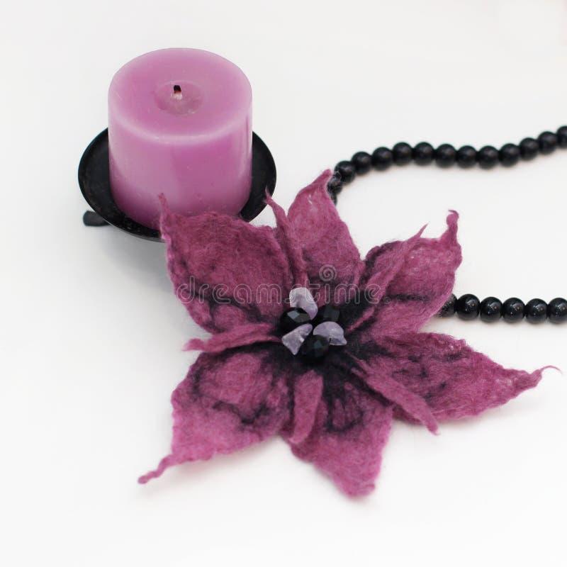 Broche do lírio da flor da feltragem fotos de stock