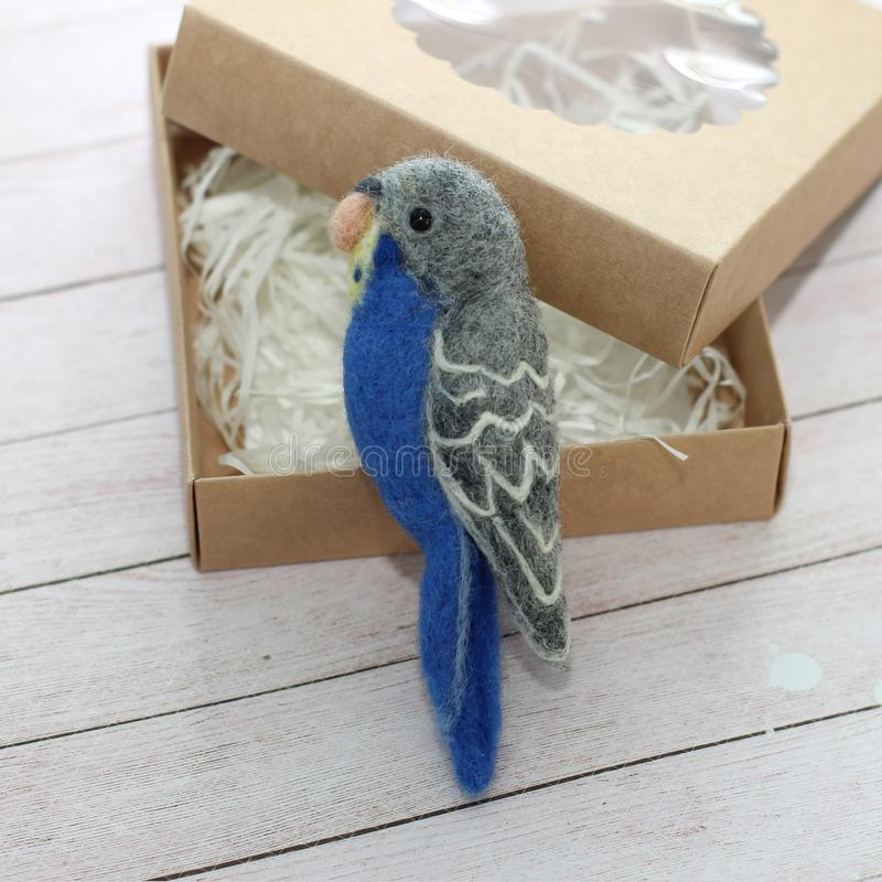 Broche do papagaio da feltragem imagens de stock