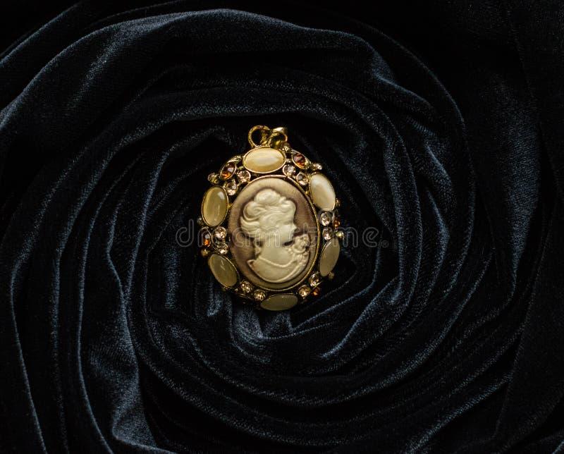 Broche ene ivoire en bronze en tissu noir de voile avec le visage et les diamants de femme photographie stock libre de droits