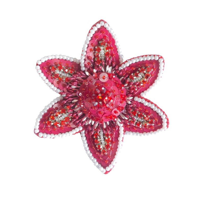 Broche fabriquée à la main sous forme de fleur rouge avec des fausses pierres et des perles Accessoire de mode photographie stock