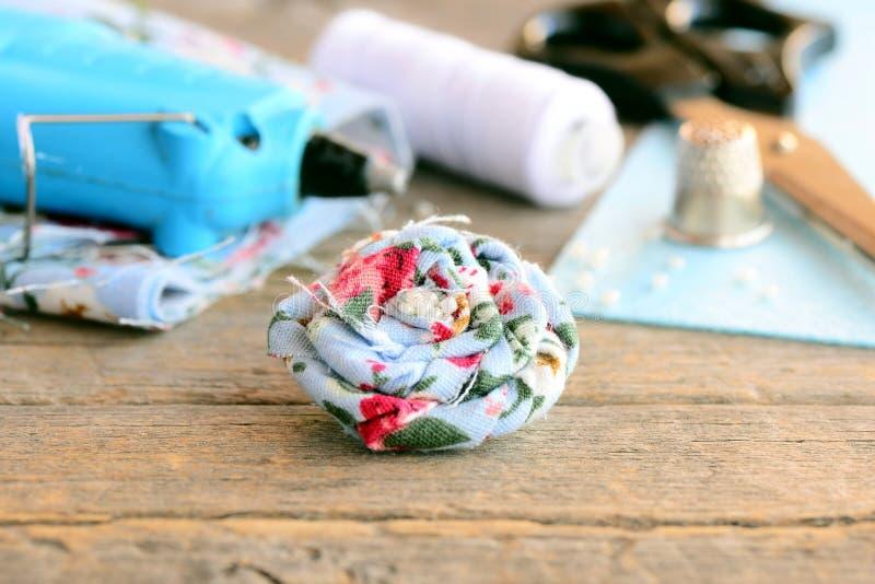 Broche floral de la materia textil Broche adornada con las gotas, arma de pegamento caliente, tijeras, carrete del hilo, dedal, h imagen de archivo