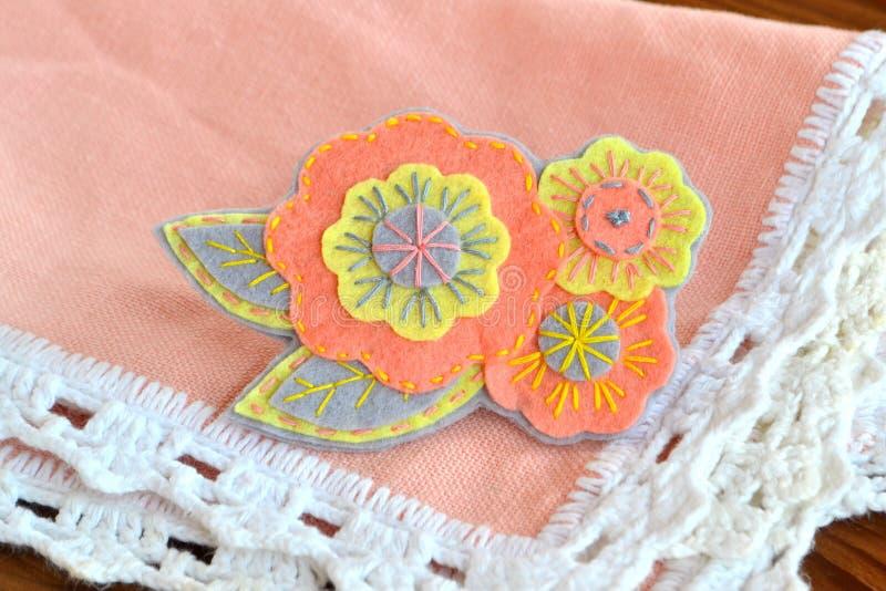 Broche floral del fieltro, artes hechos a mano imagen de archivo libre de regalías