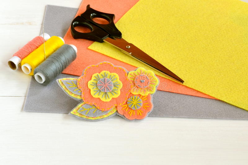 Broche hermosa del fieltro de la flor, artes hechos a mano El fieltro cubre, las tijeras, hilo, aguja - sistema de costura fotos de archivo