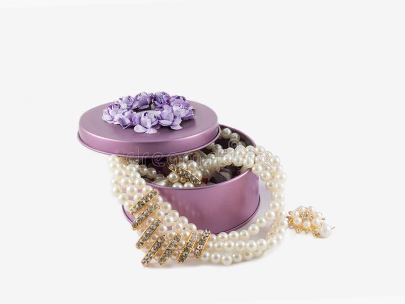 Broche hermosa del primer y collar magnífico de la perla en violeta fotos de archivo libres de regalías