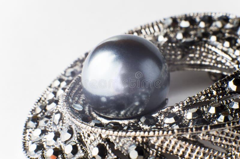 Broche noire de perle photo stock