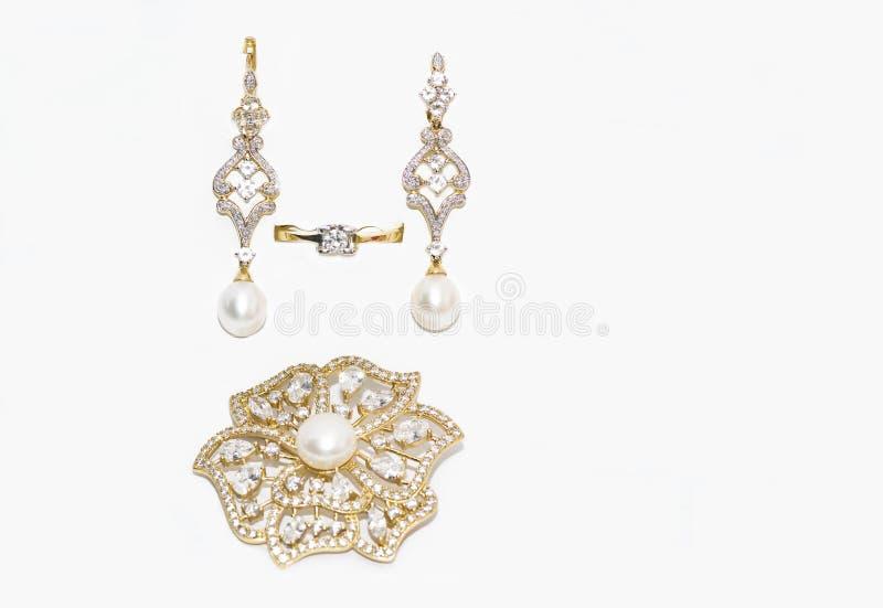 Broche, ring en oorringen met diamanten en parels royalty-vrije stock foto