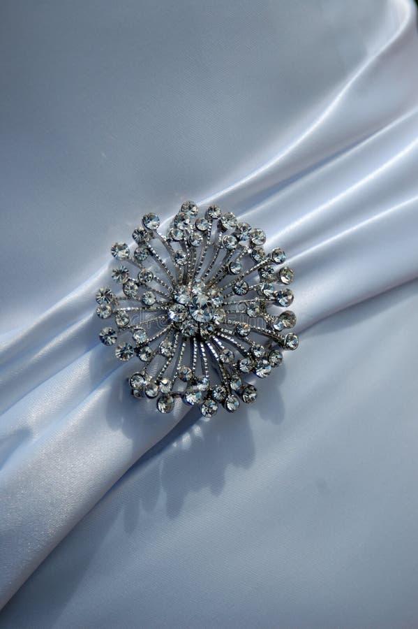 Broche sur la robe de mariage images stock