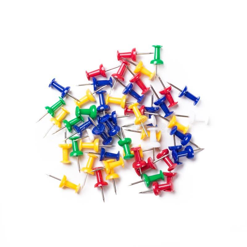 Broches colorées de poussée sur le fond blanc images stock